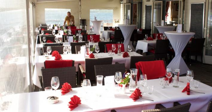 Tischdekoration der Seeterrasse im Außenbereich bei einem Event