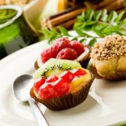 Leckeres Dessert: Kleine Törtchen mit Früchten