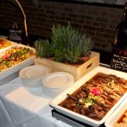Warme Speisen aus Italien mit Kräutertöpfen dekoriert