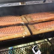 Frischer Lachs auf dem Grill zubereitet. Ein Highlight unter freiem Himmel.