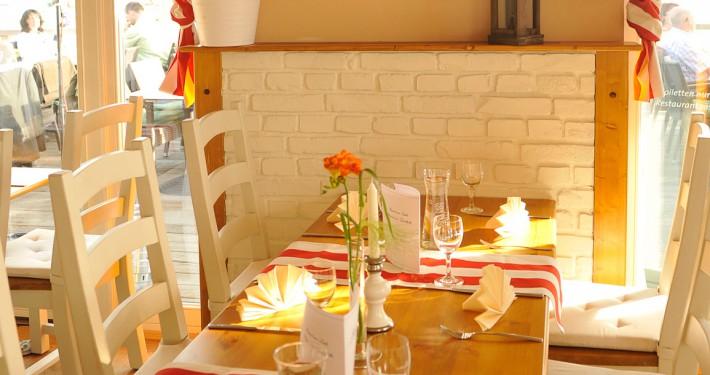 Restaurant mit Tischen und stilvollem Interieur mit Vorhängen