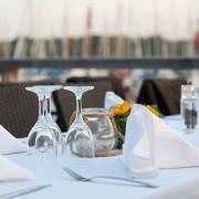 Restaurant Tischgedeck im Freisitz mit Servietten und Gläsern