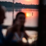 Sonnenuntergang auf der Seeterrasse am Leipziger Cospudener See