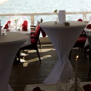 Festlich eingedeckte Tische mit Blick auf den Cospudener See